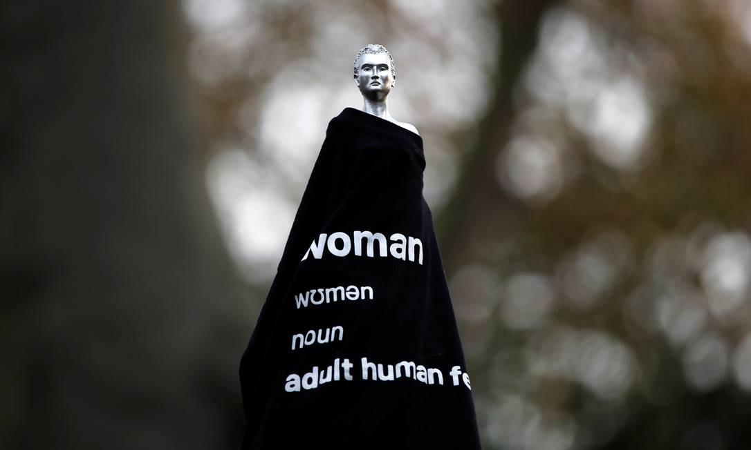 Estátua em homenagem a Mary Wollstonecraft, da artista Maggi Hambling, é vista coberta por camiseta em Newington Green, Londres; escultura foi criticada por usar figura de mulher nua para celebrar pensadora considerada a mãe do feminismo europeu Foto: PAUL CHILDS / REUTERS