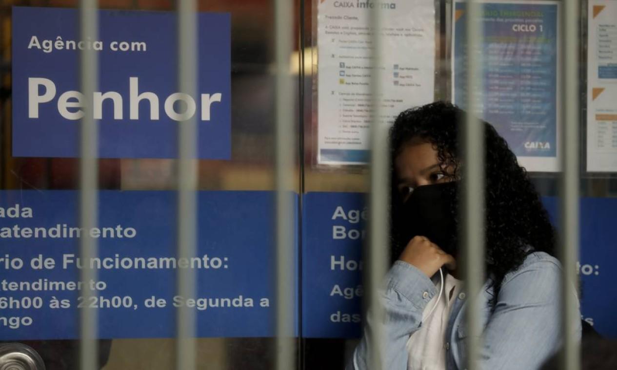 Caixa Econômica da rua Cardoso de Moraes, em Bonsucesso, com fila de pessoas que buscam o auxílio emergencial do governo. Benefício, hoje em R$ 300, termina em dezembro Foto: Gabriel de Paiva / Agência O Globo - 21/08/2020