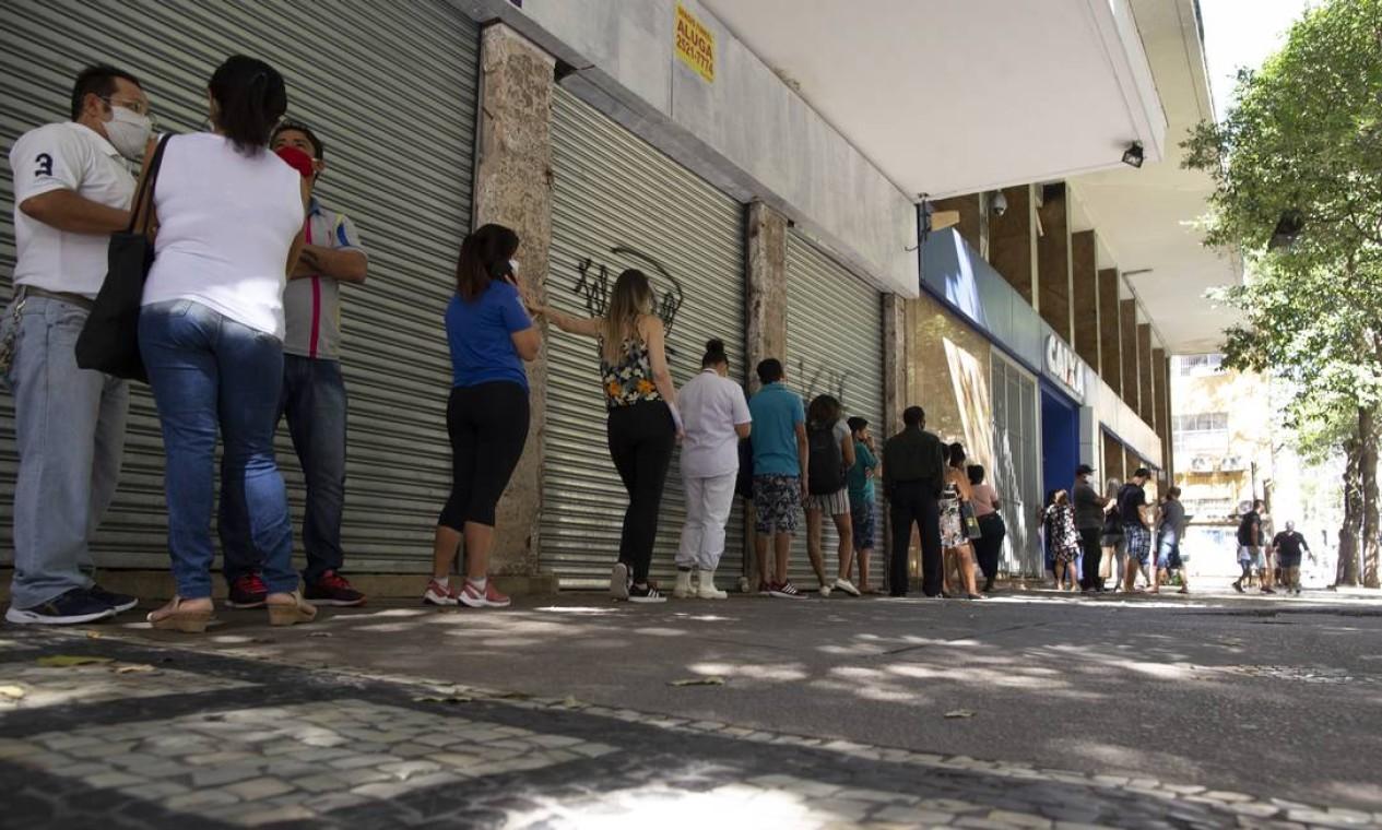 Fila para atendimento em agência da Caixa Econômica Federal na Av. Nossa Senhora de Copacabana Foto: Márcia Foletto / Agência O Globo - 27/07/2020