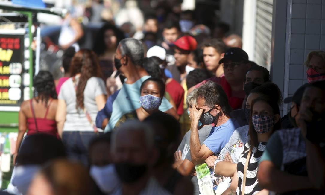 Fila em agência da Caixa Econômica para receber o auxílio emergencial, em Queimados Foto: Fabiano Rocha / Agência O Globo - 24/07/2020