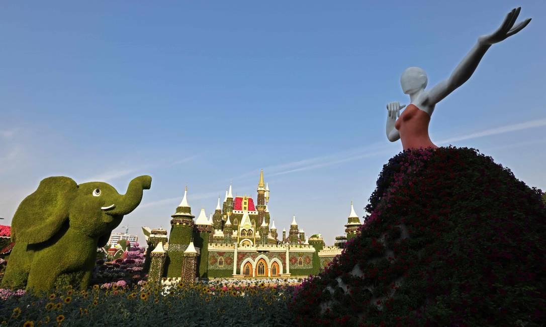 Esculturas gigantes de flores e plantas vivas no Dubai Miracle Garden Foto: GIUSEPPE CACACE / AFP
