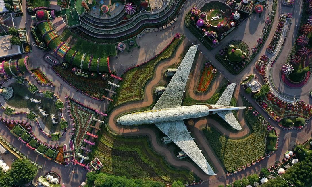 Vista aérea de Airbus A380 esculpido com flores e plantas vivas Foto: GIUSEPPE CACACE / AFP