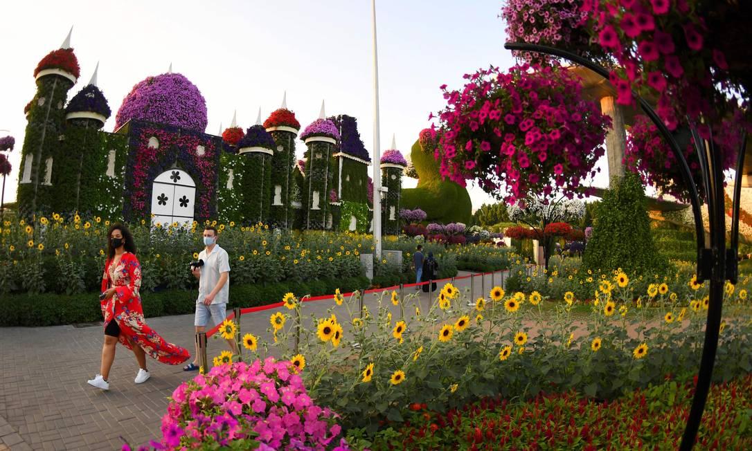 As pessoas caminham pelas instalações do grande jardim nos Emirados Árabes Foto: KARIM SAHIB / AFP