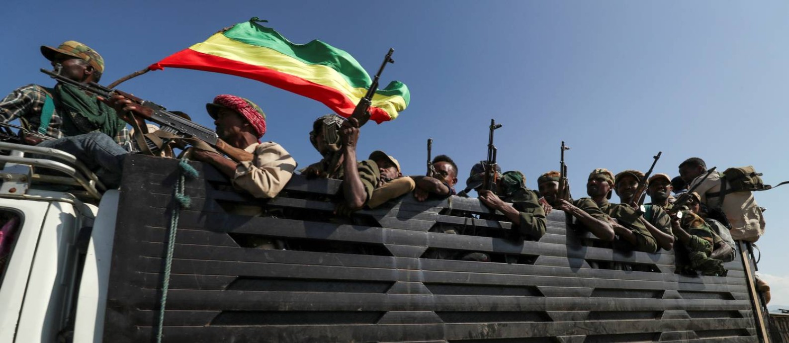 Membros de milícias da região de Amhara, que apoiam Abiy, a caminho de um confronto contra as tropas de Tigré Foto: Tiksa Negeri / Reuters
