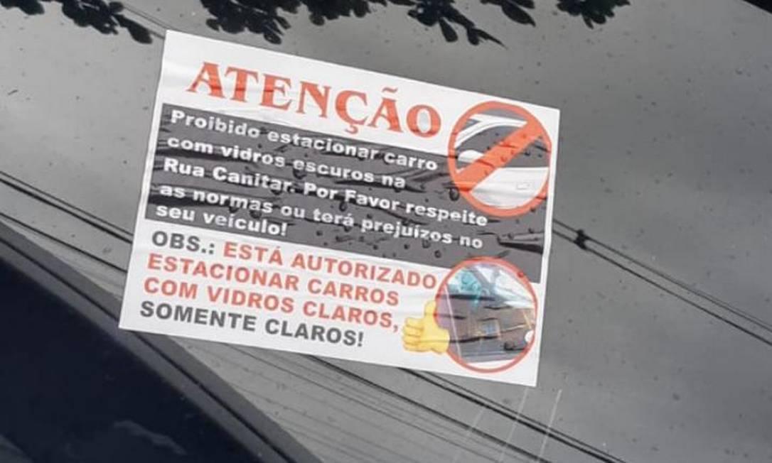Adesivo adverte motoristas para não estacionarem carros com vidros escuros Foto: Reprodução