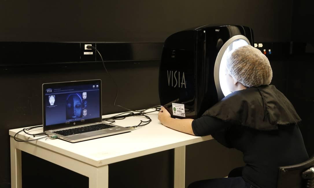 Equipamento é testado no centro de inovação da L'Oréal no Rio: empresa investe em tecnologia para ser uma beuaty tech Foto: Fábio Rossi / Agência O Globo