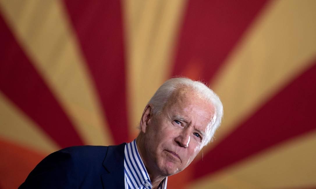 Joe Biden, com a bandeira do Arizona ao fundo, durante evento de campanha no estado Foto: BRENDAN SMIALOWSKI / AFP / 8-10-2020