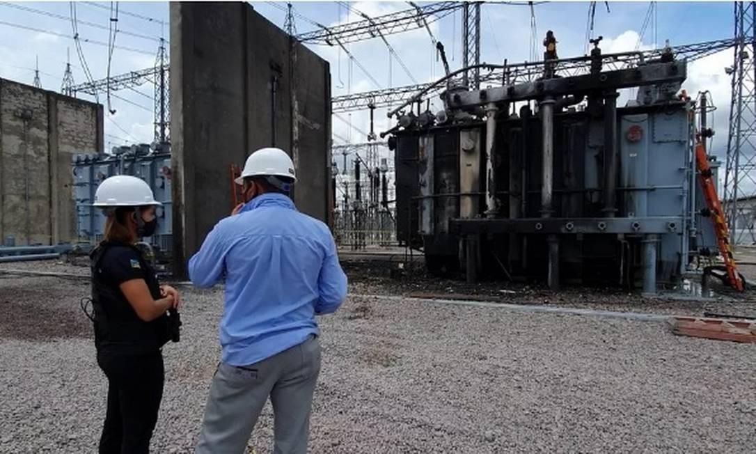 Técnicos realizam inspeção na subestação com transformador incendiado ao fundo Foto: Divulgação/Polícia Civil
