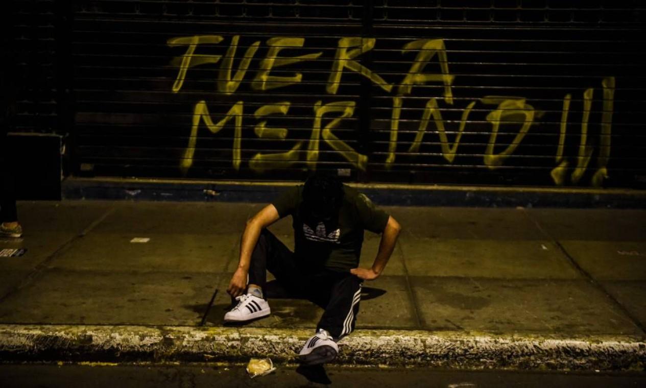 Pichação pede saída do presidente Manuel Merino. Ele é o terceiro presidente desde a eleição de Pedro Pablo Kuczynski, o PPK, que renunciou em 2018, assumindo Martín Vizcarra Foto: ERNESTO BENAVIDES / AFP