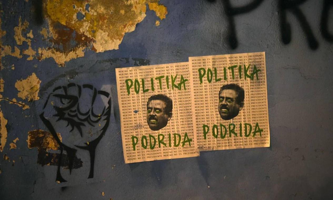 """""""Política podre"""", diz o cartaz com foto do atual presidente peruano Manuel Merino, o terceiro presidente do Peru em quatro anos Foto: ERNESTO BENAVIDES / AFP"""