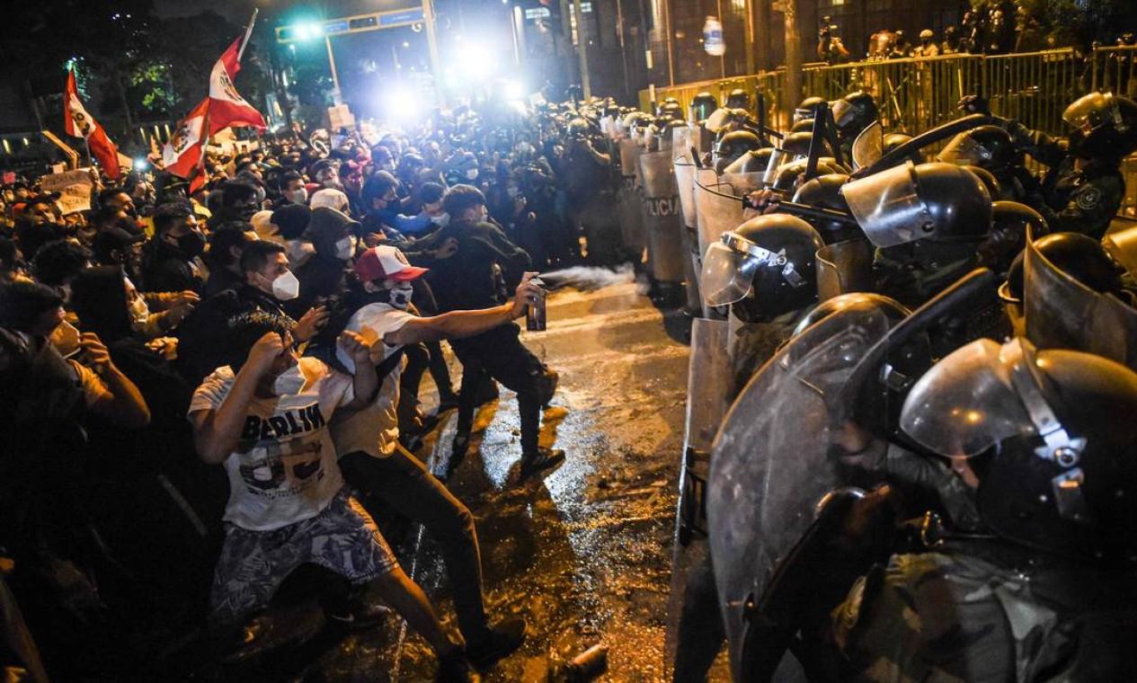 Manifestantes e policiais s enfrentam durante protesto Foto: ERNESTO BENAVIDES / AFP