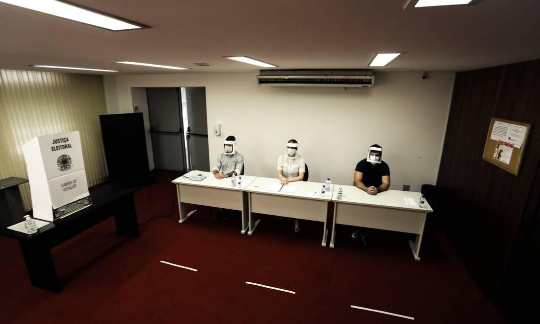 O TRE-RJ montou na sua sede um ambiente reproduzindo o local de votação, com as adaptações à pandemia de COVID-19 Foto: Gabriel de Paiva / Agência O Globo