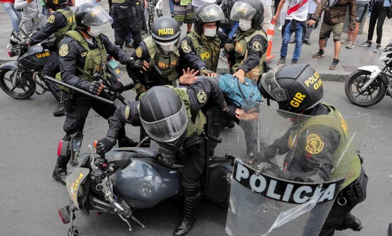 Tropa de choque detém manifestante em Lima, no Peru Foto: SEBASTIAN CASTANEDA / REUTERS