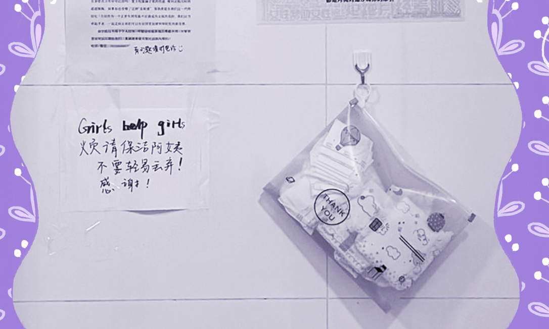 """Sacos de absorventes embalados individualmente surgiram do lado de fora dos banheiros da Universidade de Guangxi em Guangxi, China. """"Pegue um e coloque outro de volta depois. Acabe com period shaming (constrangimento menstrual, em tradução livre)"""", dizem as instruções Foto: NYT"""