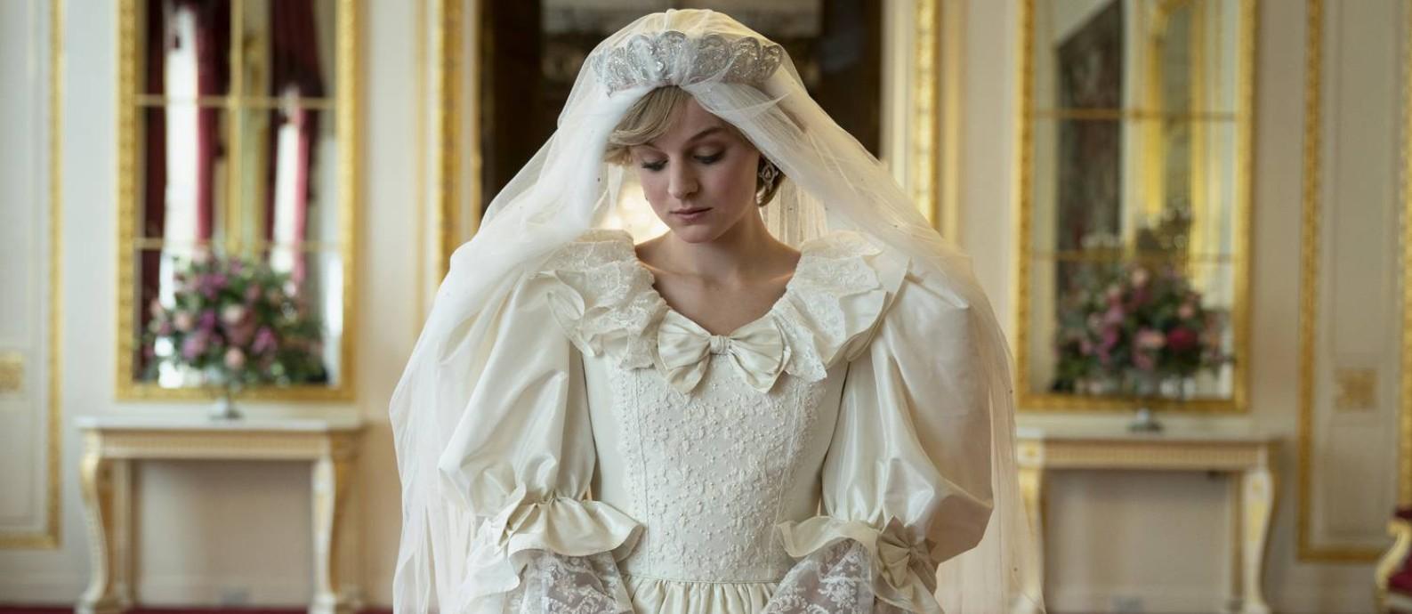 """Emma Corrin, atriz novata de 24 anos, que vive Diana, em cena de """"The Crown"""" com vestido de noiva da princesa Foto: Des Willie / Netflix"""