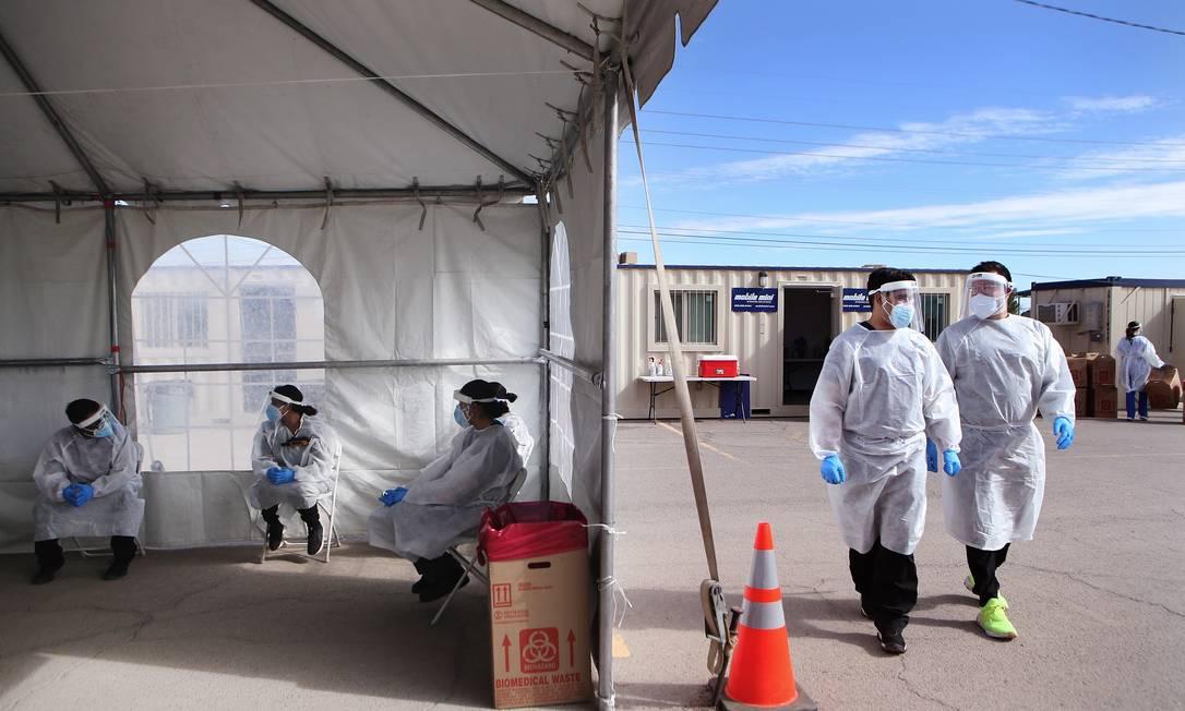 Trabalhadores de saúde em posto de teste Foto: Mario Tama/AFP / Mario Tama/AFP