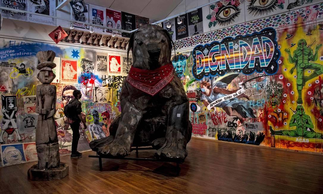 """Uma réplica gigante do falecido cachorro de rua """"Negro Matapacos"""", que com um lenço vermelho no pescoço defendia estudantes das ofensivas da polícia e, por sua bravura, tornou-se um símbolo da revolta social Foto: MARTIN BERNETTI / AFP"""