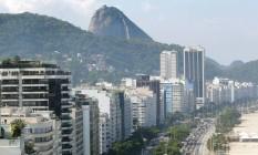 Orla de Copacabana e Leme, que não terá o tradicional show de fogos na virada, está com 50% dos quartos de hotéis ocupados Foto: Márcio Alves / Agência O Globo