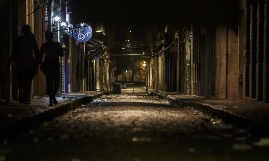 Rua da Conceição depois que as lojas fecham: passagem para quem vai pegar condução nas vias principais Foto: Alexandre Cassiano / Agência O Globo