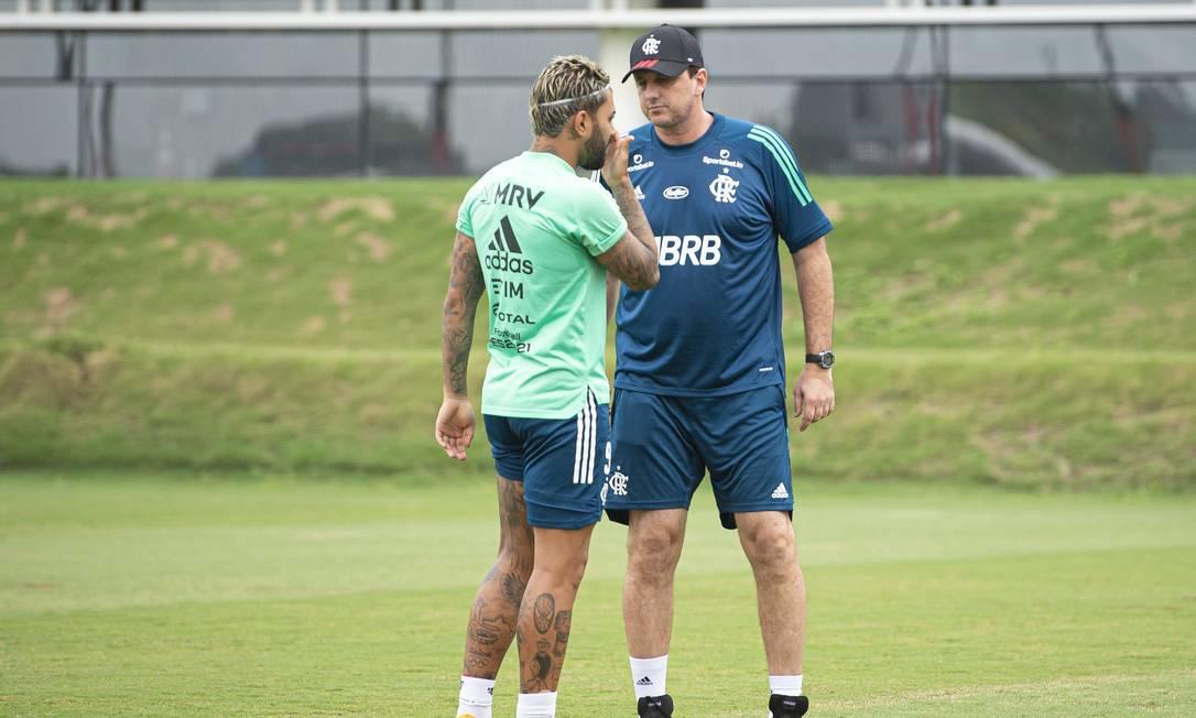 Rogério Ceni convesa com Gabigol durante treino do Flamengo Foto: Alexandre Vidal / Flamengo