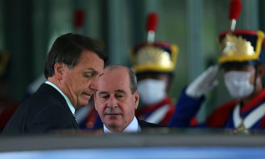 O presidente Jair Bolsonaro e o deixa o Ministério da Defesa, após almoçar acompanhado do ministro Fernando Azevedo e Silva Foto: Jorge William/Agência O Globo/10-11-2020