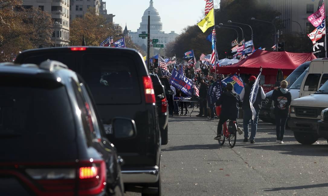 Apoiadores de Donald Trump saudam comitiva presidencial em protesto em Washington, DC Foto: TOM BRENNER / REUTERS