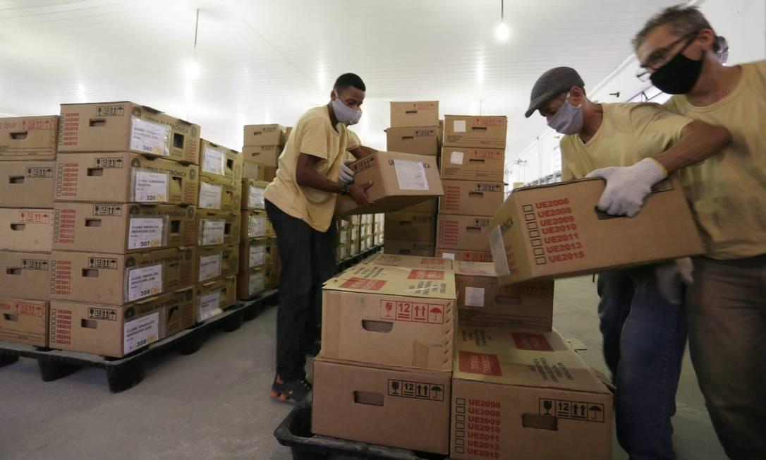 Funcionários do TRE fazem a movimentação das urnas para a votação deste domingo (15) Foto: Cléber Júnior / Agência O Globo