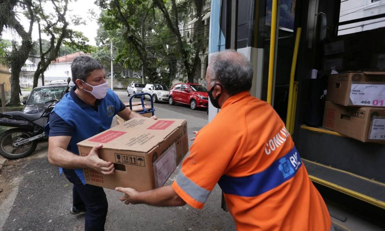 Funcionários da Comlurb ajudaram na movimentação das urnas Foto: Cléber Júnior / Agência O Globo