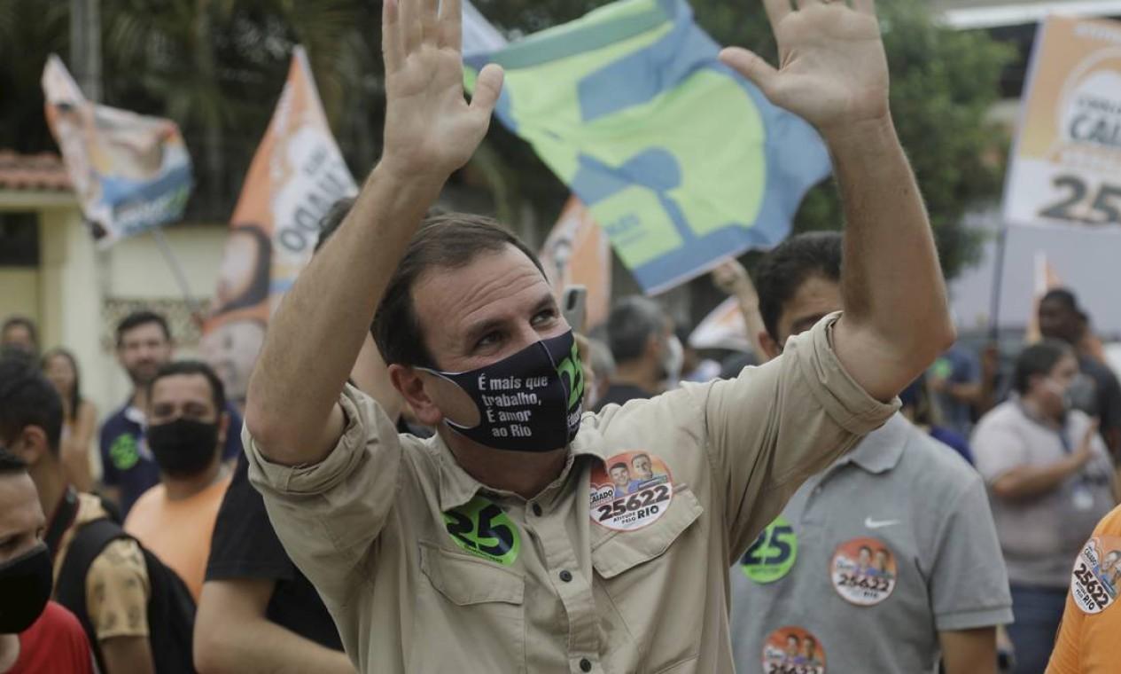 Eduardo Paes (DEM) fez caminhada no Jardim Maravilha, em Guaratiba, na Zona Oeste Foto: Gabriel de Paiva / Agência O Globo