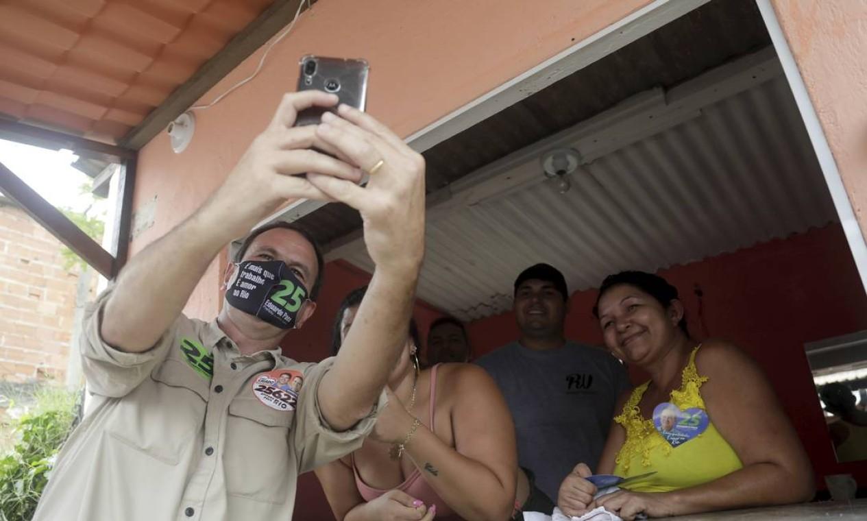 Eduardo Paes (DEM) faz selfie ao lado de eleitores Foto: Gabriel de Paiva / Agência O Globo