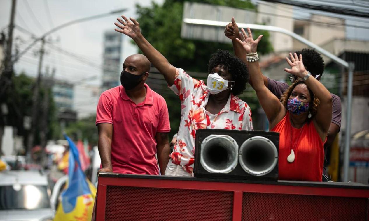 Benedita da Silva (PT) acena para eleitores durante carreata pela Zona Norte Foto: Hermes de Paula / Agência O Globo