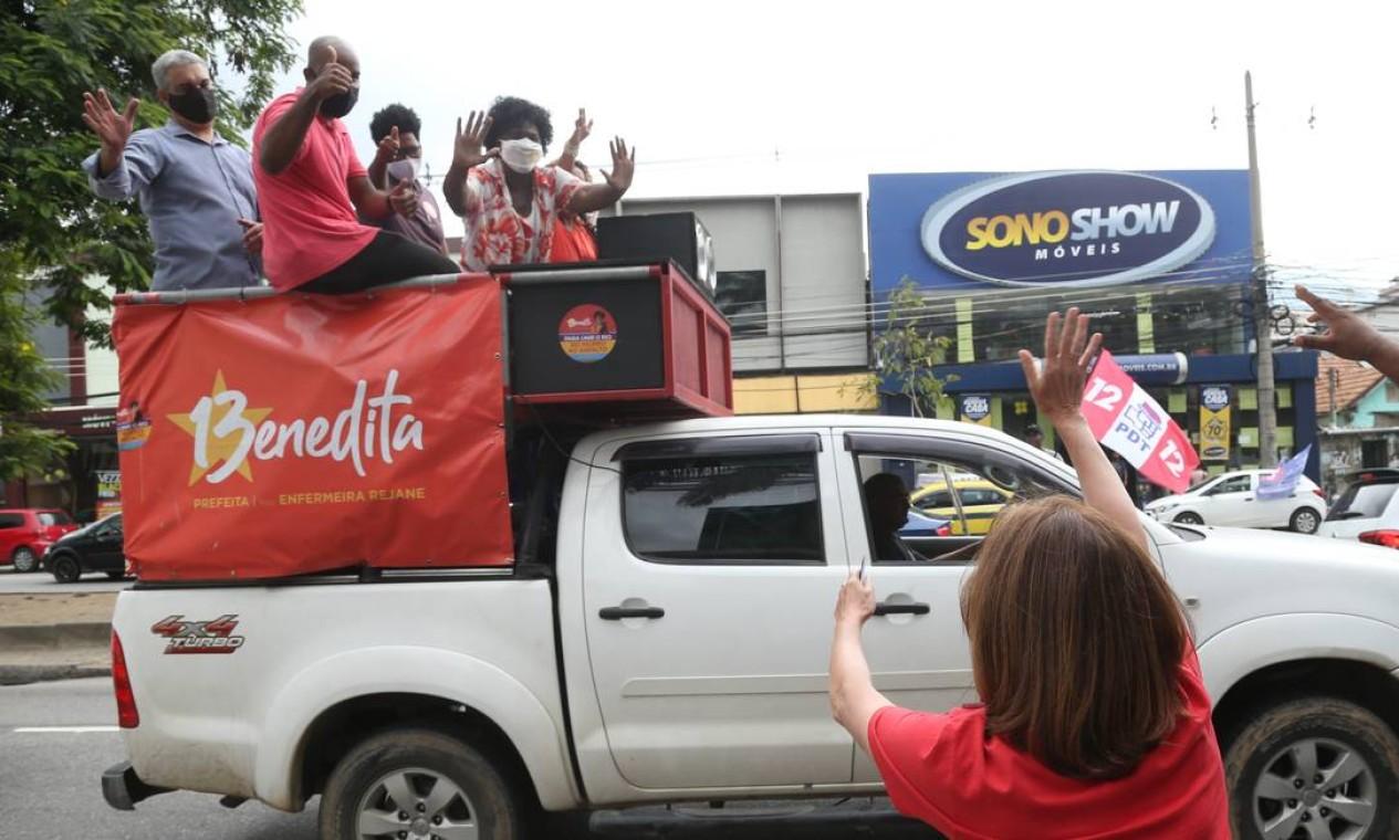 Martha Rocha (PDT) cumprimenta a candidata Benedita da Silva (PT). Elas se encontraram na Zona Norte, Foto: Pedro Teixeira / Agência O Globo