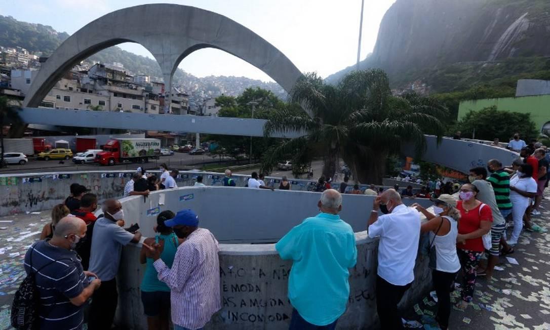 Fila para votação no Ciep Ayrton Senna, em frente à Rocinha, dá voltas com eleitores Foto: Fabiano Rocha / Agência O Globo