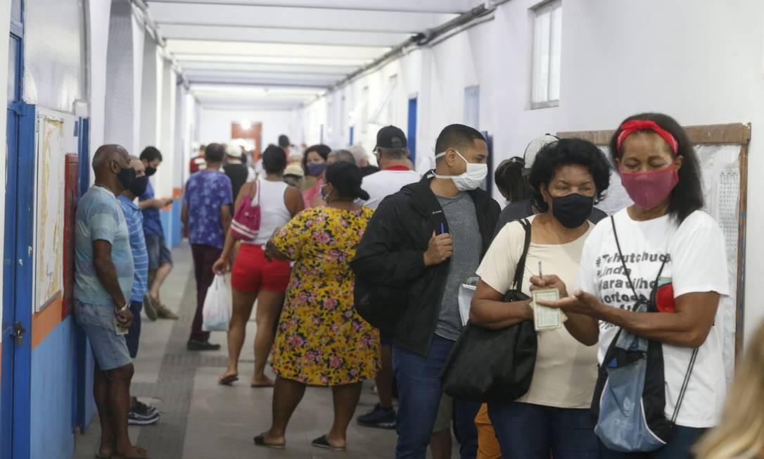 Eleitores formaram filas para votar cedo no CIEP Ayrton Senna, na Rocinha Foto: Fabiano Rocha / Agência O Globo