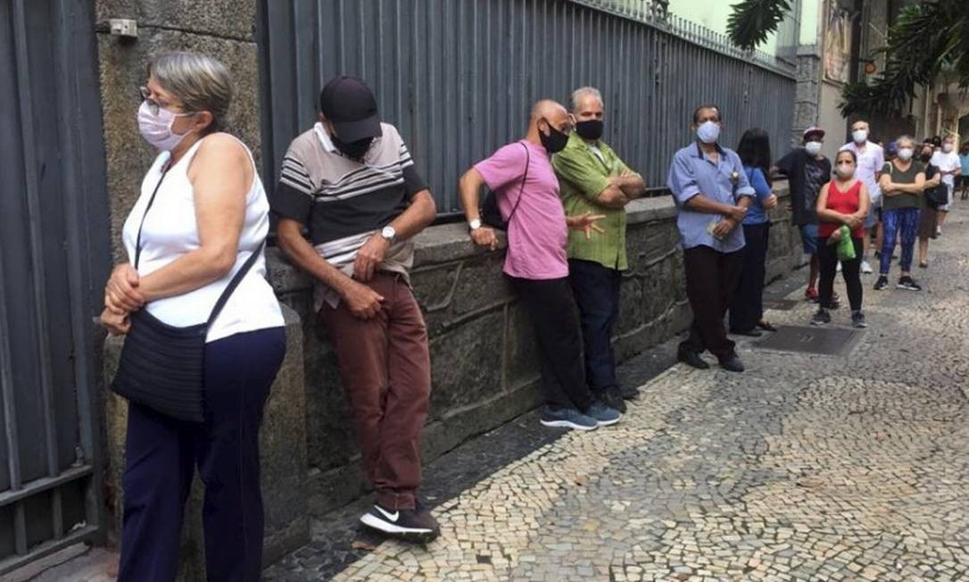 Uso de máscara é obrigatório para entrar nos locais de votação. Na foto, Colégio Penedo, rua Raul Pompeia, Copacabana. Foto: Ana Branco / Agência O Globo