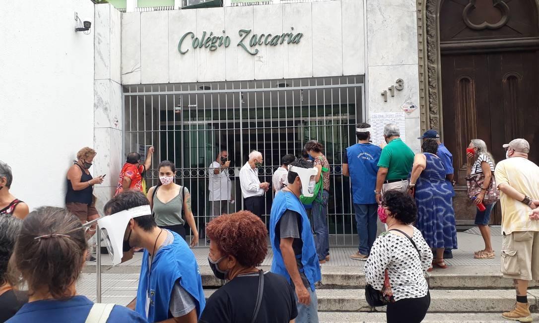 Movimentação já ocorre nos locais de votação. Na imagem, seção localizada no bairro do Catete. Foto: Raphaela Ribas / Agência O Globo