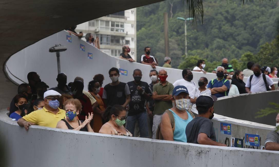 Nas primeiras horas de urnas abertas, fila para votação no CIEP Ayrton Senna se estendeu pela passarela da Rocinha Foto: Fabiano Rocha / Agência O Globo