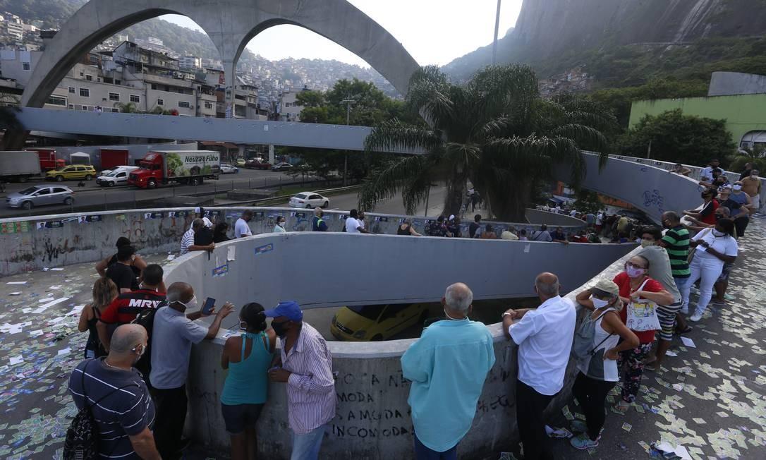 Fila de eleitores na Passarela da Rocinha Foto: Fabiano Rocha / Agência O Globo