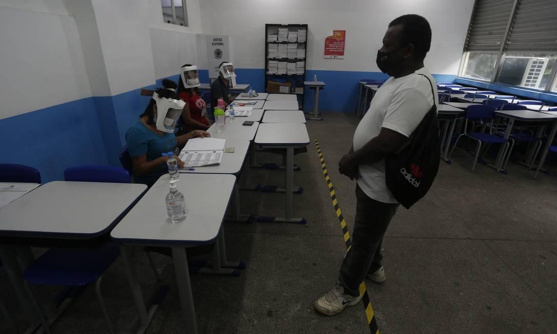 Nas seções de votação, álcool em gel estavam à disposição de mesários e eleitores, que eram orientados a higienizar as mãos antes e depois de registrar o voto na urna Foto: Fabiano Rocha / Agência O Globo