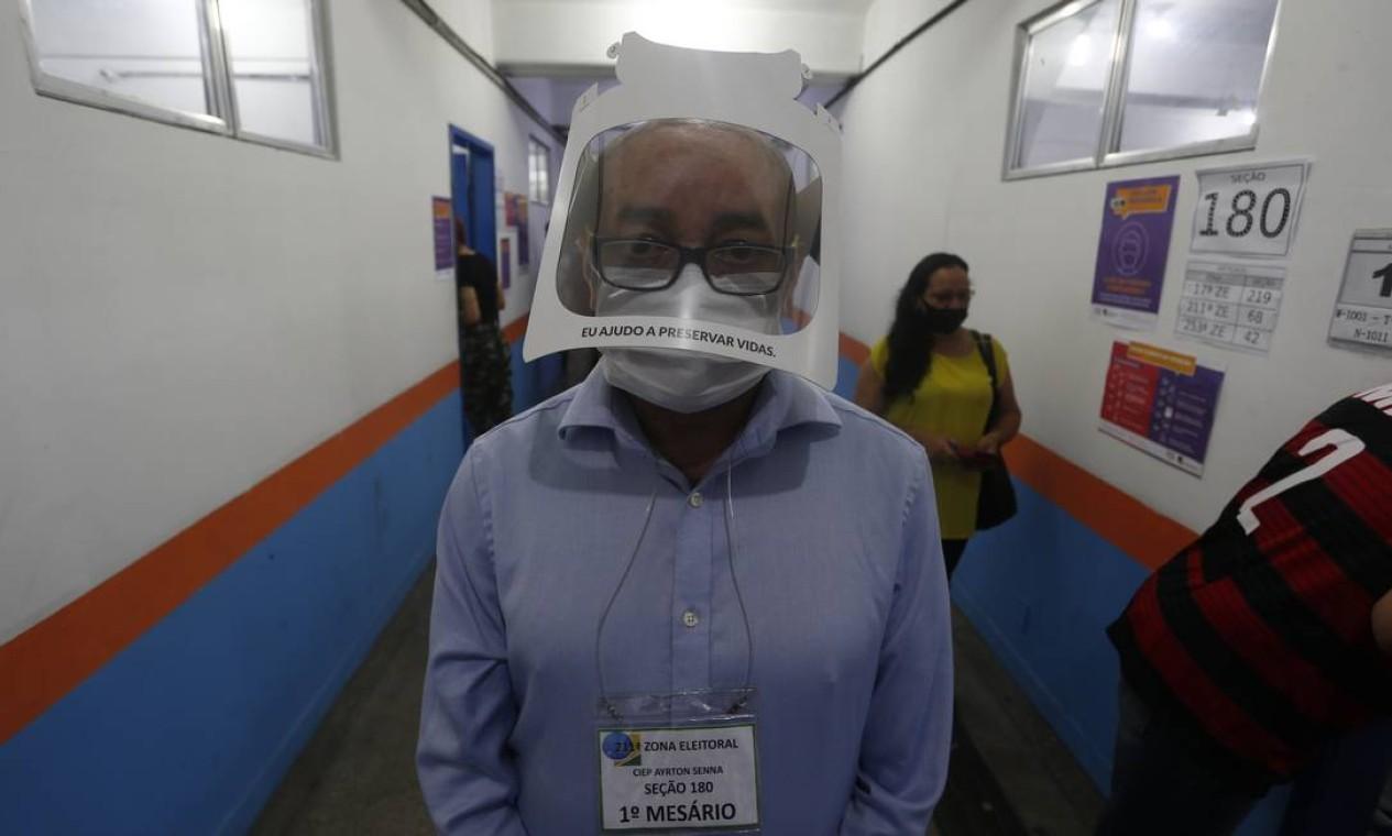 Um mesário trabalha usando face shield durante o domingo de votação no Ciep Ayrton Senna, na Rocinha Foto: Fabiano Rocha / Agência O Globo