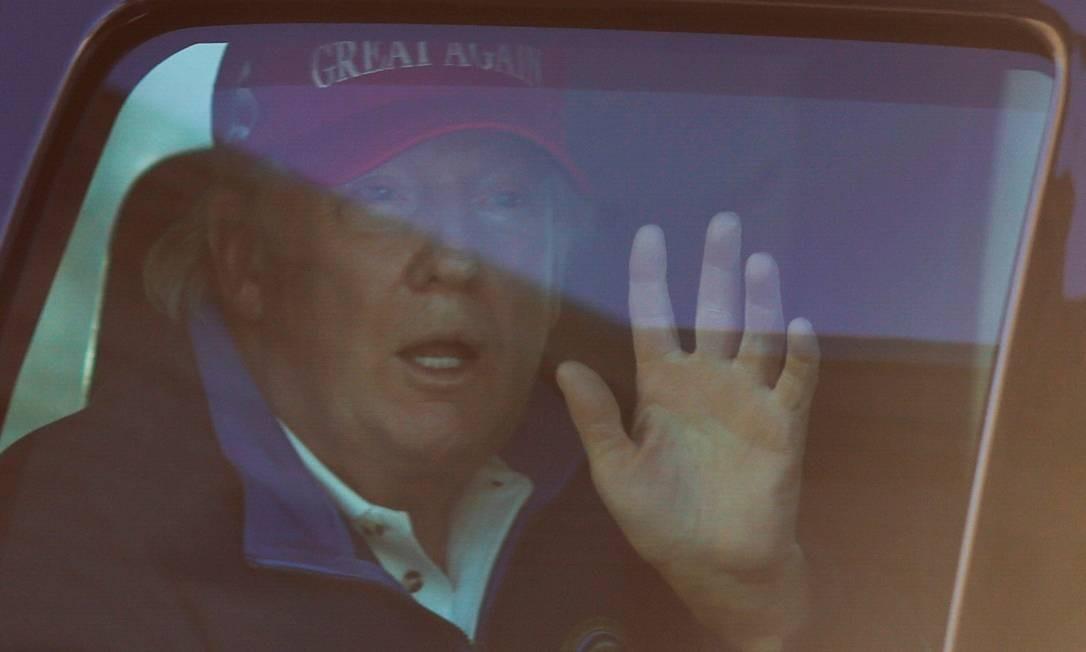 """Trump chega à Casa Branca, em Washington, usando um boné com o slogan de sua campanha """"Faça os EUA grande de novo"""" Foto: CARLOS BARRIA / REUTERS/14-11-2020"""