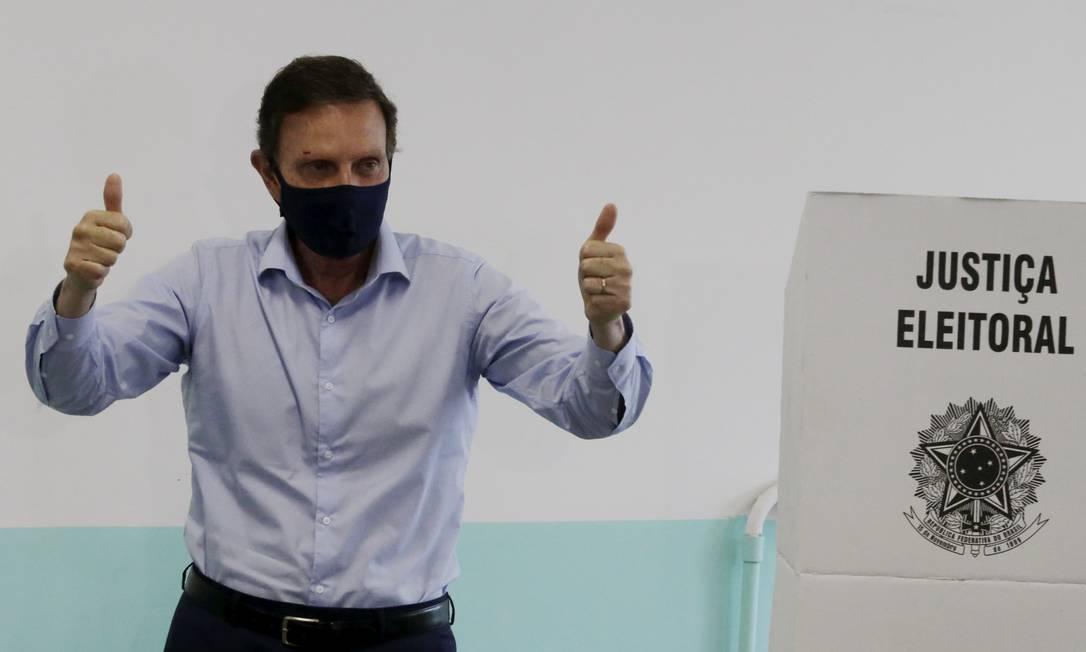 O prefeito Marcelo Crivella votando no primeiro turno Foto: Domingos Peixoto / Agência O Globo