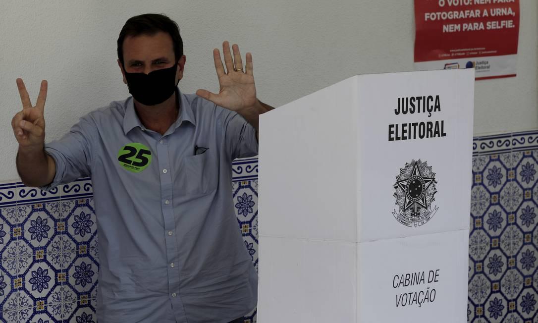 Eduardo Paes (DEM) chega com a família para votar na escola Municipal Lúcia Miguel Pereira, em São Conrado, Zona Sul do Rio Foto: Gabriel de Paiva / Agência O Globo