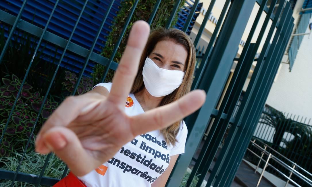 Candidata à prefeita de Niterói, Joana Lage (Podemos) vota na escola Gay Lussac, em São Francisco, Zona Sul da cidade Foto: ROBERTO MOREYRA / Agência O Globo