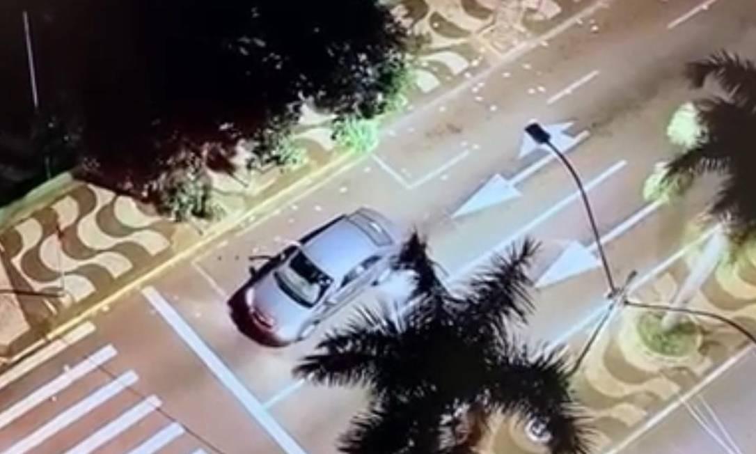 Momento em que uma pessoa joga santinhos de um carro em Presidente Prudente (SP) Foto: Reprodução