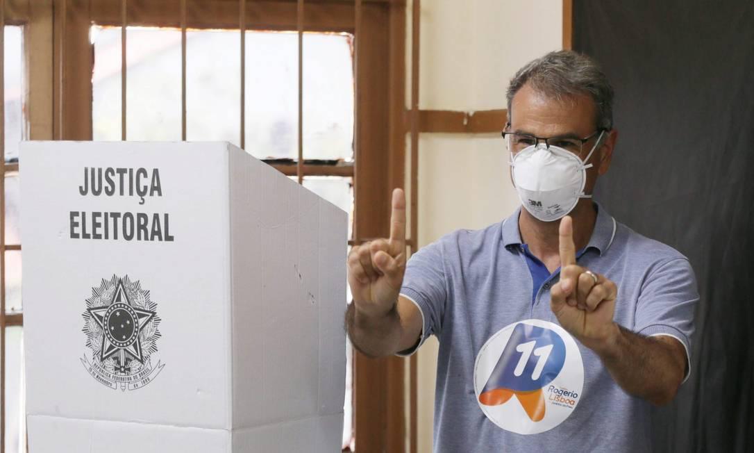 Candidato à reeleição em Nova Iguaçu, Baixada Fluminense, Rogério Lisboa votou no Colégio Estadual Rangel Pestana, no Centro Foto: Cléber Júnior / Agência O Globo