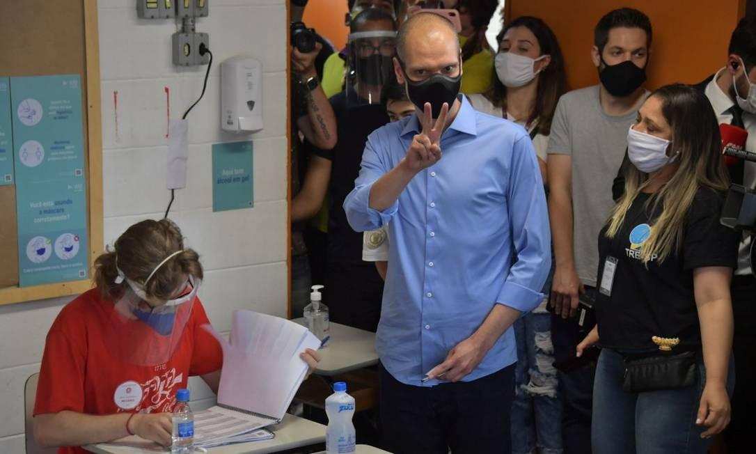 Candidato à reeleição em São Paulo, o tucano Bruno Covas foi votar acompanhado de João Doria Foto: AFP/Nelson Almeida