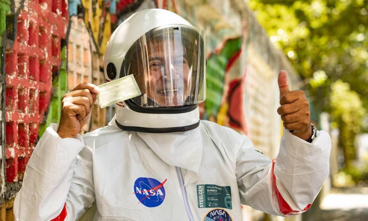 Bom humor na hora do voto: Tercio Galdino aproveitou a necessidade de se proteger e se transformou em astronauta para votar na Escola Municipal São Tomaz de Aquino, no Leme Foto: Ana Branco / Agência O Globo