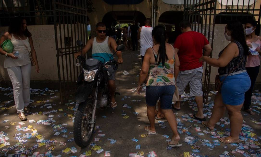 Santinhos de candidatos na entrada de Ciep de Padre Miguel, na Zona Oeste Foto: Gabriel Monteiro / Agência O Globo