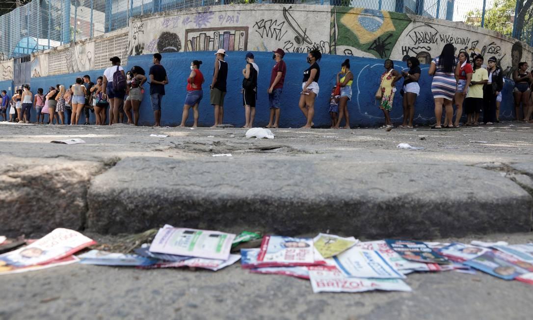 Pessoas esperam na fila para votar em uma seção eleitoral do Complexo do Alemão durante as eleições municipais no Rio de Janeiro Foto: RICARDO MORAES / REUTERS